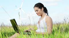 Teen tyttö kannettavan tietokoneen vieressä tuulivoimala. Arkistovideo