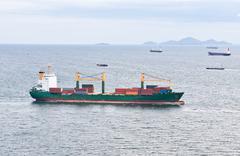 Rahtilaiva konttien purjehdus merellä Kuvituskuvat
