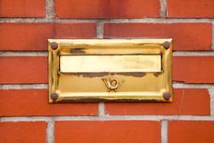 Vanha kulta postilaatikko seinään Kuvituskuvat