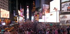 New York City - 8 kesäkuu: matkailijat nauttivat Times Square yöllä 8. kesäkuuta Kuvituskuvat