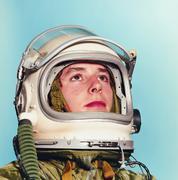 Nuori mies poseeraa kuin astronautti Kuvituskuvat