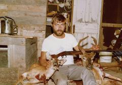 Metsästäjä poseeraa vieressä kaksi kuollutta peura Kuvituskuvat