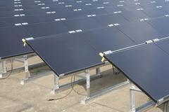 Yksityiskohta aurinkopaneelit riveihin Kuvituskuvat