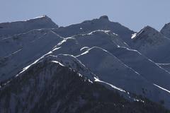 Lumihuippuiset vuorijono Kuvituskuvat