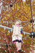 Tyttö seisoo kiipeilyteline Kuvituskuvat