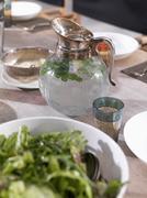 Kannu vettä ja lasi ruokapöytä Kuvituskuvat