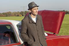 Nuori Rockabilly mies nojaa museoautojen maassa Kuvituskuvat