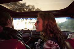 Rockabilly pari etupenkillä vanhojen autojen Kuvituskuvat