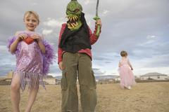 Nuori poika pukeutunut hirviö ja nuori tyttö pukeutui 1920 nielu Kuvituskuvat