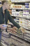 Nainen hyppii supermarket Kuvituskuvat