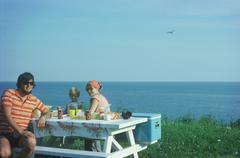 Perheen piknik reunalla meren rannalla Kuvituskuvat
