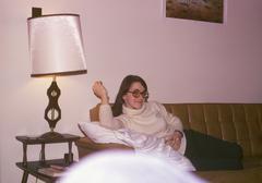 Nainen makuuasentoon sohvalla olohuoneessa Kuvituskuvat