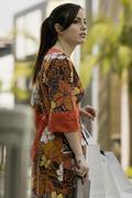 Nainen, jolla ostoskassit ja odottavat ylittää kadun, Rodeo Drive, Los Kuvituskuvat