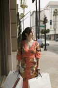 Nainen, jolla ostoskassit jalkakäytävällä, Rodeo Drive, Los Angeles, Kuvituskuvat