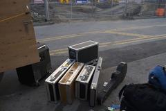 Musiikkilaitteet lastataan ajoneuvoon Kuvituskuvat