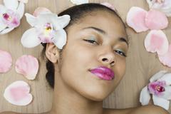 Nuori nainen makaa ympäröivät kukat Kuvituskuvat