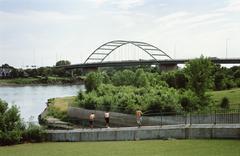 Kolme miestä seisoi joen, Veteraanien Memorial Bridge, Sioux City, Iowa, USA Kuvituskuvat
