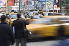 Yellow Taxi ja jalankulkijat kaupungin katu, Manhattan, New York City Kuvituskuvat