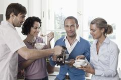 Ystävät syövät aamiaista yhdessä Kuvituskuvat