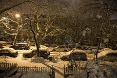 Näkymä luminen katu edessä alentua yöllä, Brooklyn, New York, USA Kuvituskuvat