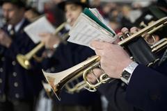 Henkilö pelaa trumpetti marssivat bändi Kuvituskuvat