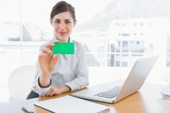Iloinen liikenainen näytetään vihreä käyntikortti - stock photo