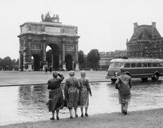 Tourists viewing the Arc de Triomphe Stock Photos