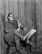 Saksofonisti käsittelyssä musiikkia jalka Kuvituskuvat