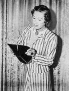Yritetään rikkoa ennätys, nuori nainen taipuu Gramophone ennätys Kuvituskuvat