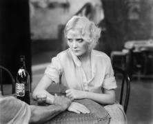 Nainen istuu henkilö ravintolassa näköinen järkyttynyt Kuvituskuvat