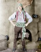 Nainen seisoo edessä takka merirosvot puku Kuvituskuvat