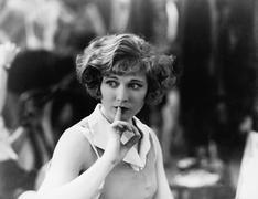 Nainen, jolla sormi edessä suunsa signalointi olla hiljaa Kuvituskuvat