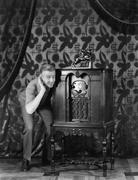 Muotokuva mies kuuntelee musiikkia radio ja hymyilevä Kuvituskuvat
