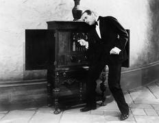 Mies kuuntelee ja tanssii musiikkia radio Kuvituskuvat
