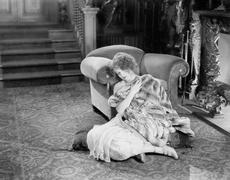 Nuori nainen istuu edessä takka vääntynyt turkista viltti näköinen surullinen Kuvituskuvat
