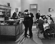 Poliisi ja mies tanssii tangoa ravintolassa Kuvituskuvat