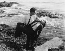 Mies vetää kuollut mies ulos merelle Kuvituskuvat