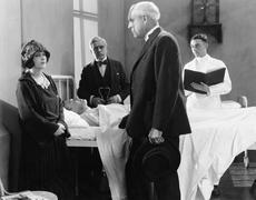 Lääkäri puhuu nuori nainen sairaalan huone sairaan potilaan Kuvituskuvat