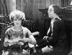 Kaksi naista istuu yhdessä työskentelevät Kuvituskuvat