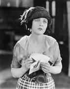 Nainen etsii onneton saatuaan kirjeen Kuvituskuvat