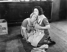 Kaksi naista istuu lattialla, kun yksi on tilalla muita Kuvituskuvat