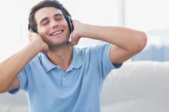 Mies nauttia musiikista Kuvituskuvat
