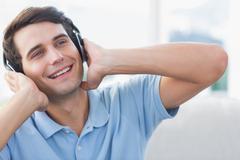 Iloinen mies nauttia musiikista Kuvituskuvat