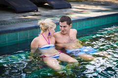 Iloinen hymyilevä pari uima-allas Kuvituskuvat
