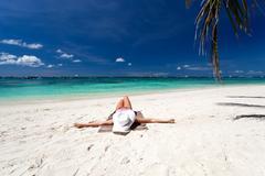 Nainen rentouttava rannalla Kuvituskuvat