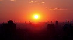 Sunrise yli kaupungin. Arkistovideo