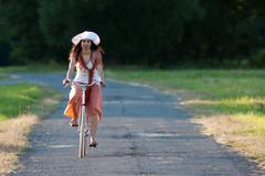 Retro tyttö vanha pyörä Kuvituskuvat
