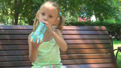 Janoinen lapsi Juomavesi penkillä puistossa, Pikku tyttö lepää, lapset Arkistovideo