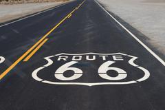 Reitti 66 highway kilpi maalattu tiellä Kaliforniassa Kuvituskuvat