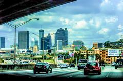 Atlanta kaupungin siluettia ja valtatie liikenne Kuvituskuvat